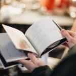 Cărți bune de citit la cafea pentru o dimineață perfectă